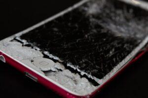 Imagen ilustrativa de un smartphone con su pantalla estallada